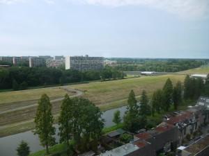 Uitzicht vanaf het Sibeliusplein. Op dit gedeelte van het tunneldak komt een wandelpark. Het begin van het sportpark is nèt zichtbaar aan het eind van de foto.