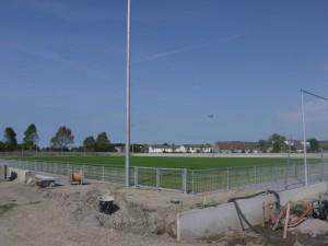 Het hoofdvoetbalveld ligt naast de tunnel.