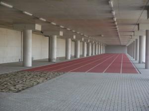 Onder de luifel aan het einde van de tunnel is een ruimte gemaakt voor onder andere een atletiek-sprintbaan.