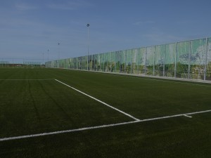Een van de voetbalvelden op het dak.