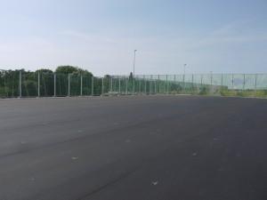 Op dit asfalt komen de velden van de handbalvereniging.